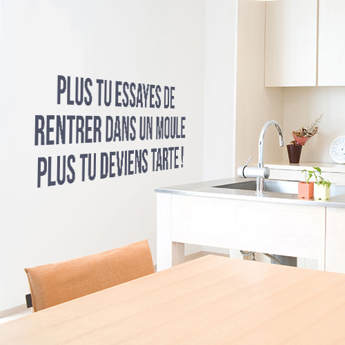 Sticker posé dans une cuisine moderne citation Plus tu essayes