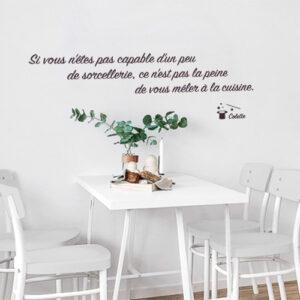 Sticker mural au dessus d'une petite table en verre de la gamme Sorcellerie