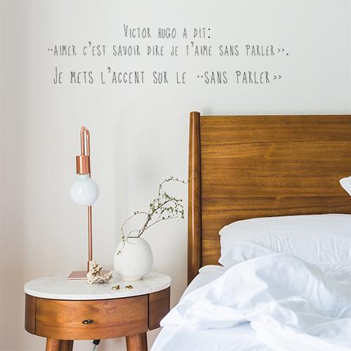 Sticker mural posé à côté d'un tête de lit de la gamme Victor Hugo