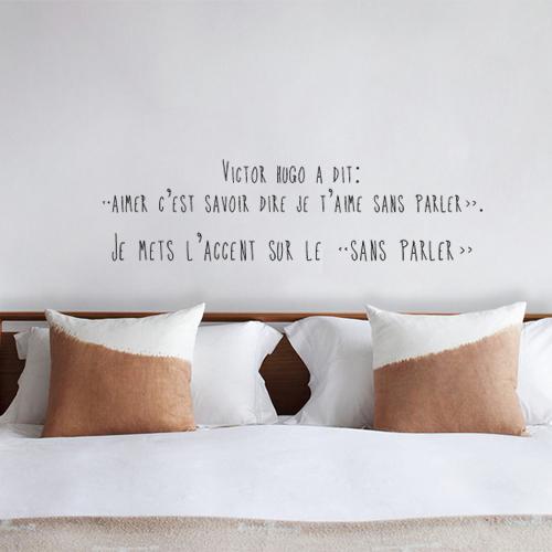 Sticker citation de Victor Hugo au dessus d'une tête de lit dans une chambre