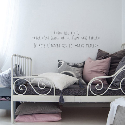 Sticker autocollant citation Victor Hugo au dessus d'un lit d'enfant