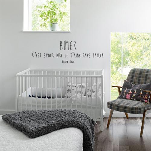 Sticker mural Aimer au dessus d'un lit d'enfant