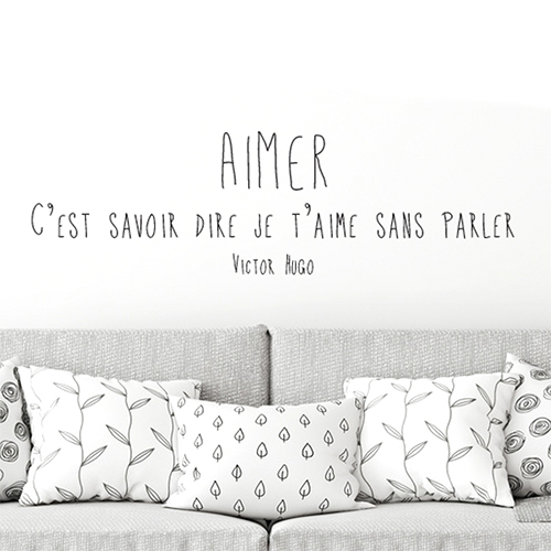 Sticker autocollant citation Aimer au dessus d'un canapé dans un salon