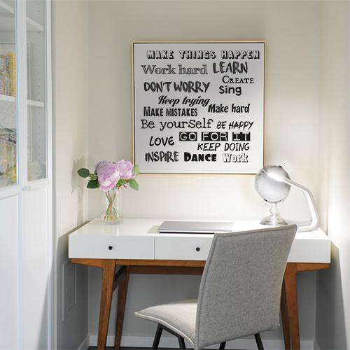 Tableau blanc avec le sticker mural décoratif Make Things au dessus d'un bureau