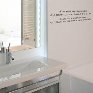 Sticker autocollant citation Balance collé au mur d'une salle de baignoire moderne