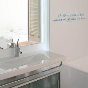 Sticker déco bleu citation Ah qu'est ce qu'on est bien collé au mur d'une salle de bain