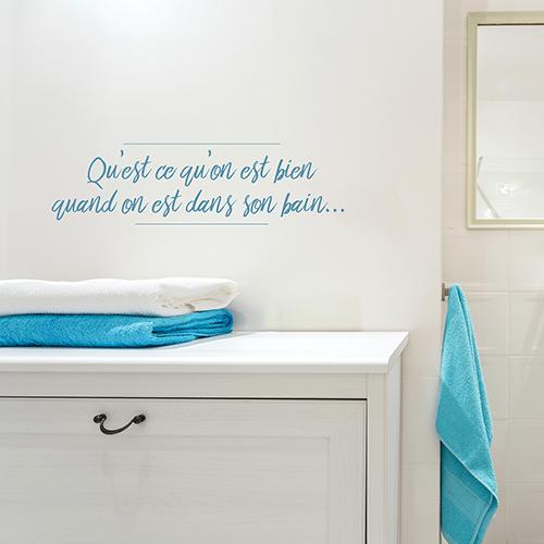 Meuble de salle de bain avec un sticker autocollant bleu qu'est ce qu'on est bien