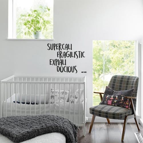 Chambre de bébé avec un sticker Marry Poppins collé au mur