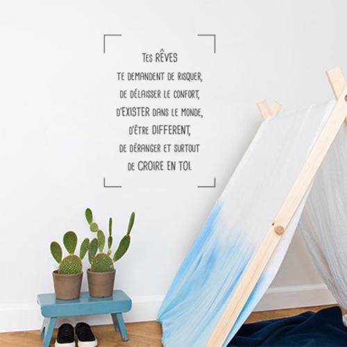 Sticker autocollant citation Tes rêves te demandent de collé dans une pièce pour enfant