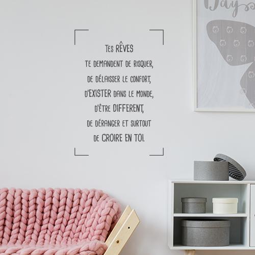 Pièce à vivre moderne avec un sticker tes rêves te demande de collé au mur