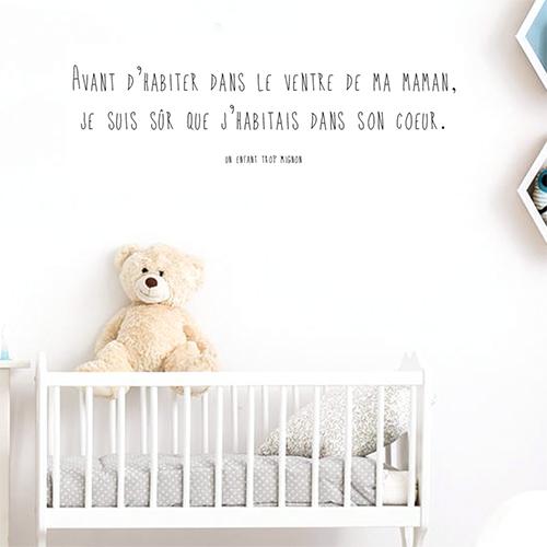 Sticker autocollant citation ventre de ma maman garçon collé au mur d'une chambre d ejeunes enfant