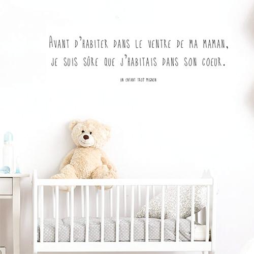 Sticker décoration murale citation ventre de ma maman fille collé au mur d'une chambre pour bébé