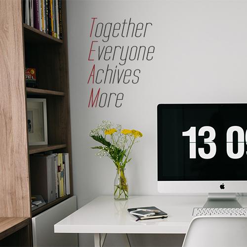Bureau moderne et personnel avec un sticker citation TEAM au mur