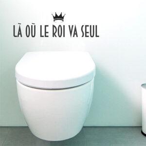 WC classiques blanc ornés d'un sticker citation Là où le roi va seul
