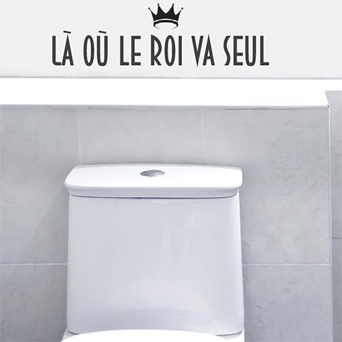 Sticker décoratif La où le roi va seul collé au mur d'une salle de WC moderne