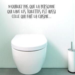 Citation autocollante Personne qui lave les toilettes collé au dessus des toilettes