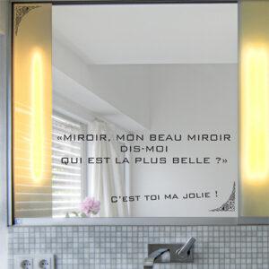 Sticker citation miroir Dit moi qui est la plus belle collé sur un miroir de salle de bain