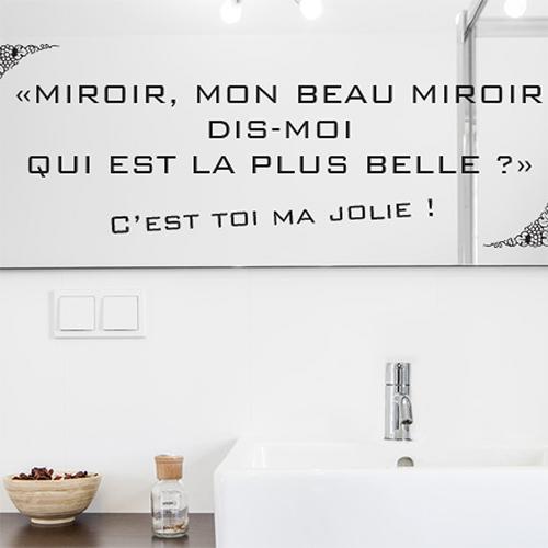 Salle de bain moderne blanche avec un sticker miroir collé au mur