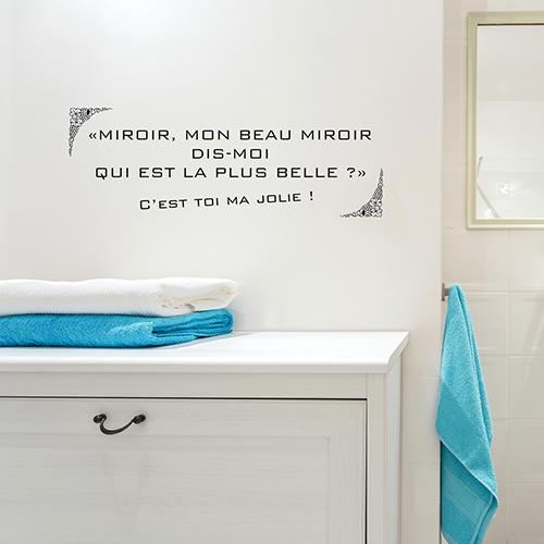 baignoire moderne avec un sticker miroir collé au mur au dessus