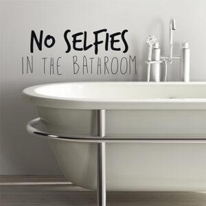 Salle de bain enfantine décorée avec un sticker citation consigne No selfie in the bathroom