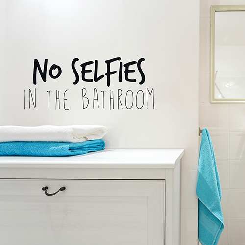 Sticker autocollant citation autocollante No selfies in the Bathroom collé au mur d'une salle de bain