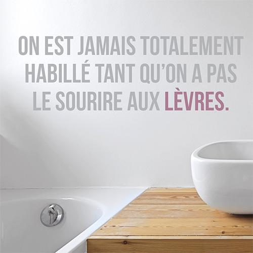 Sticker déco citation Sourire aux lèvres collé au mur d'une salle de bain