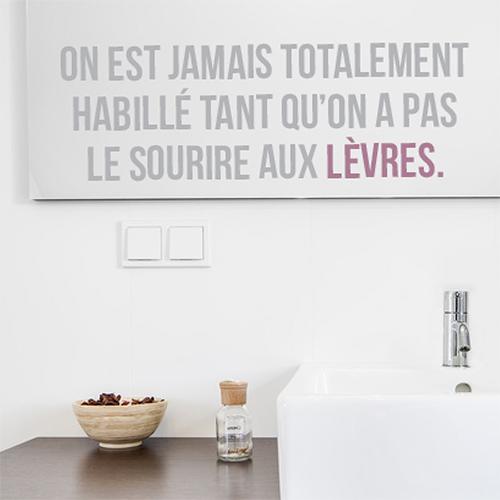 Salle de bain décorée avec un sticker adhésif citation Sourire aux lèvres