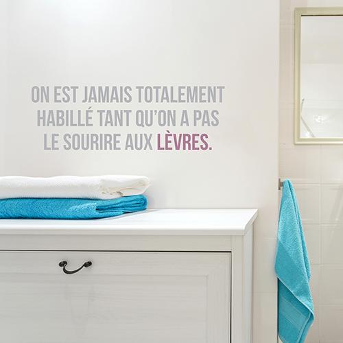 Salle de bain moderne décorée avec un sticker citation Sourire aux lèvres bicolore