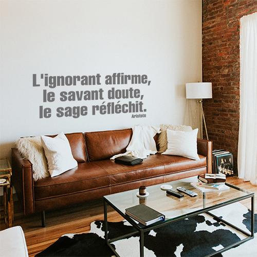 Salle à manger moderne décorée avec une citation autocollante L'ignorant affirme