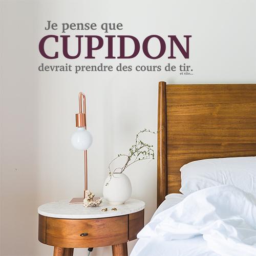 Chambre à couché d'adulte avec une citation fun Cupidon collée au mur