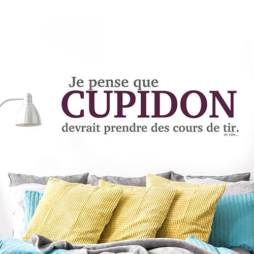 Pièce à vivre colorée décorée avec un sticker mural citation Cupidon