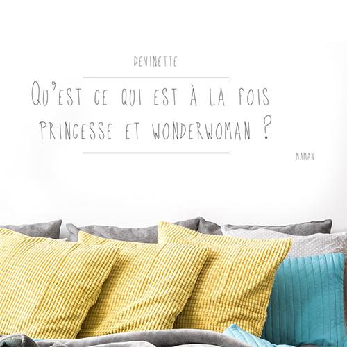 Sticker citation princesse collé au mur d'une pièce à vivre