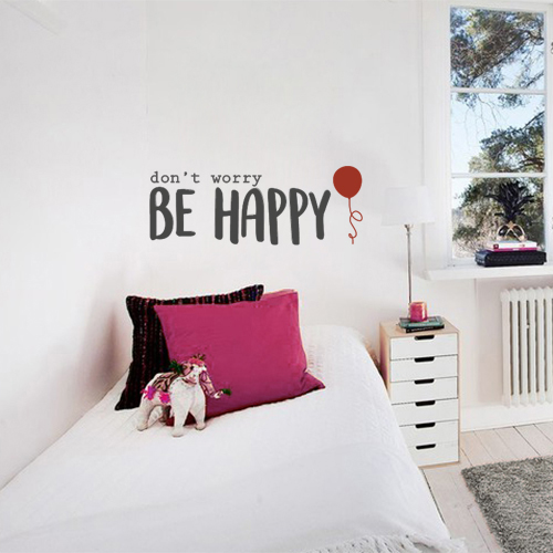 Sticker autocollant Don't Worry Be Happy collé au mur d'une pièce à vivre