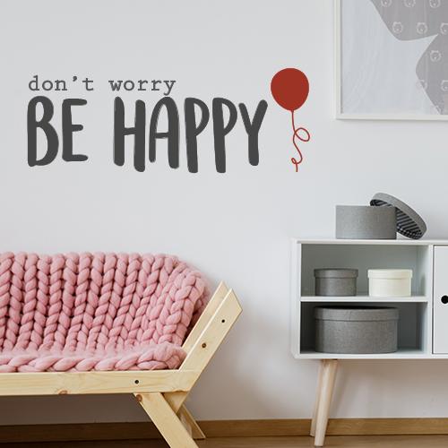 Citation célèbre don't worry be happy stickée au mur d'un salon