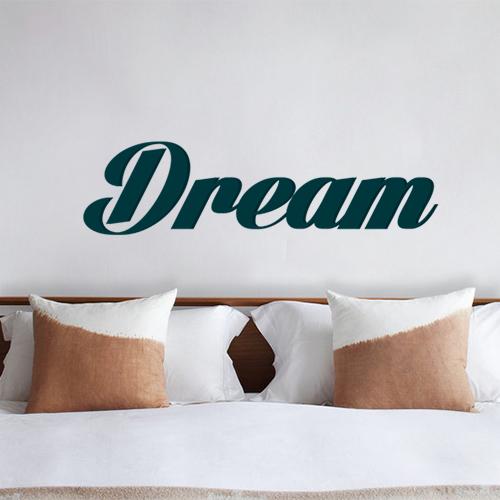 Sticker Dream bleu collé au mur d'une chambre à couché originale