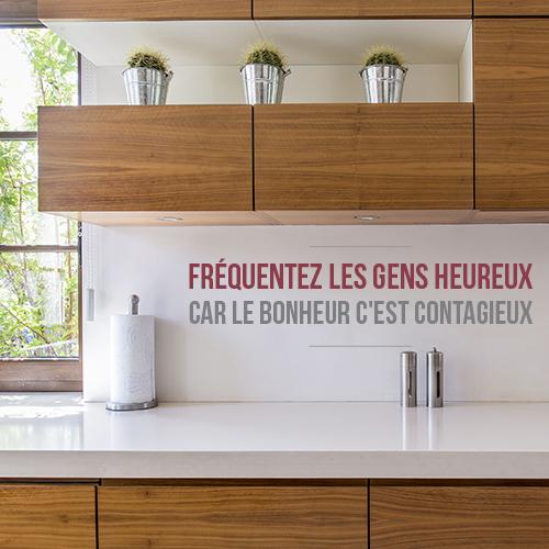Sticker citation conseil Fréquentez les gens heureux collé dans l'entrée d'une maison