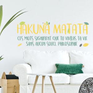 Sticker mural citation pour les enfants Hakuna Matata collé au mur d'une pièce à vivre.