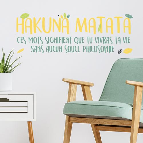 Décoration murale sticker Hakuna Matata collé dans une pièce à vivre.