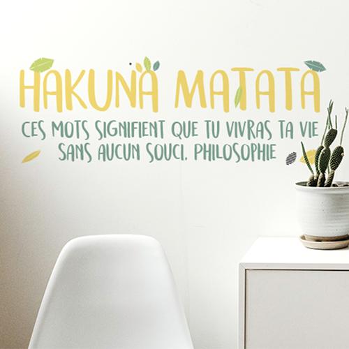 Pièce à vivre moderne et éclairée décorée avec un sticker citation HAKUNA MATATA