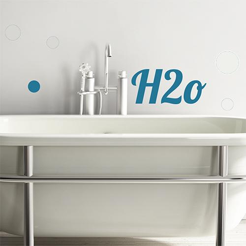 Sticker autocollant citation H20 collé au dessus d'une baignoire