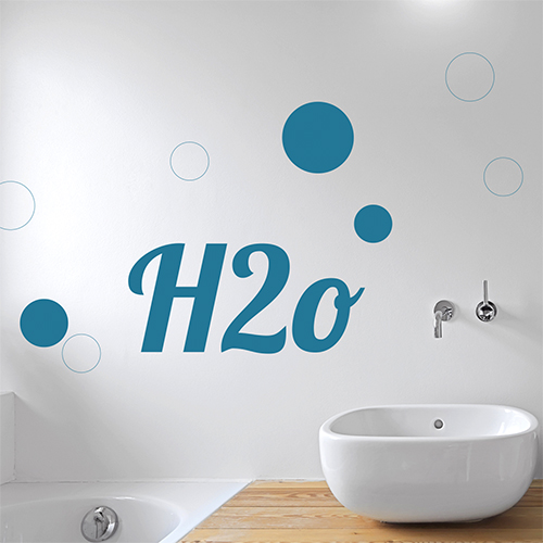 Sticker H20 citation autocollante collé au mur d'une salle de bain