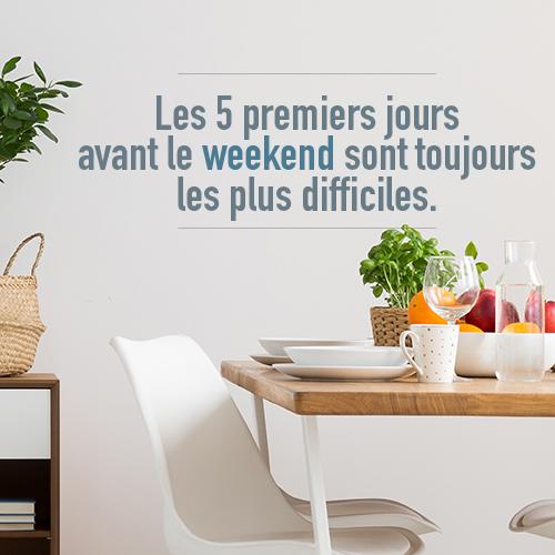 salle à manger décorée avec un sticker humouristique les 5 premiers jours avant le weekend