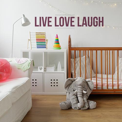 Sticker citation motivante Live Love Laugh collé au mur d'un bureau personnel