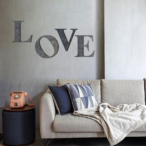 Sticker décoratif Love collé dans l'entrée sur le mur près d'un vélo