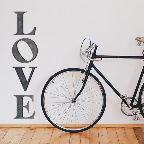 Chambre à coucher d'adultes décorée avec un sticker citation LOVE