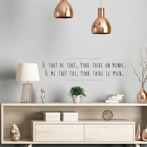 Sticker citation autocollant Il faut de tout pour faire un monde collé au mur d'une pièce à vivre.