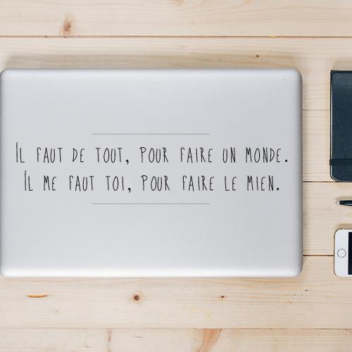 Chambre à coucher pour adulte décoré avec le sticker citation romantique il faut de tout pour faire un monde