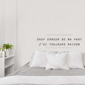 Sticker autocollant citation sauf erreur de ma part collé au mur blanc d'une chambre à coucher