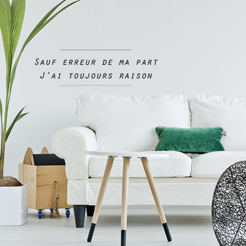 Pièce à vivre lumineuse et claire décorée avec un sticker citation