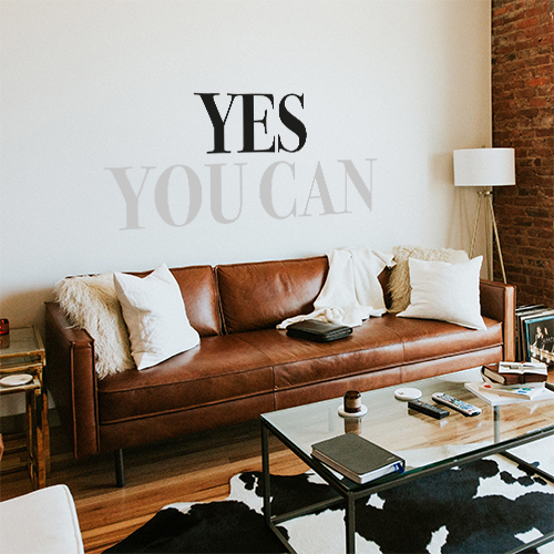 Pièce à vivre classique décorée avec un sticker autocollant Yes You Can